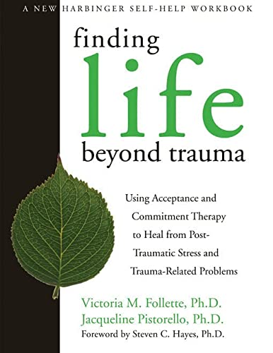 Finding Life Beyond Trauma: Using Acceptance and Commitment Therapy to Heal from Post-Traumatic Stress and Trauma-Related Problems (New Harbinger Self-Help Workbook) von New Harbinger